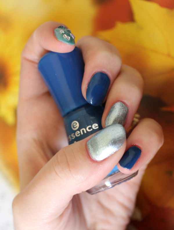 Blue as a nailtrend.
